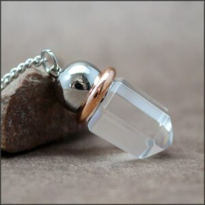 Pendule en cristal clair et anneau de cuivre